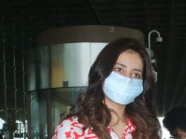 Raashi Khanna in a red shirt and denim at the airport-2