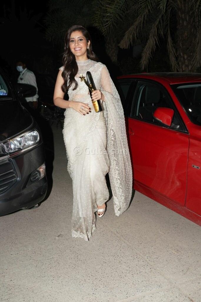 Raashii Khanna ina white saree by kresha Bajaj at Sakshi awards-2