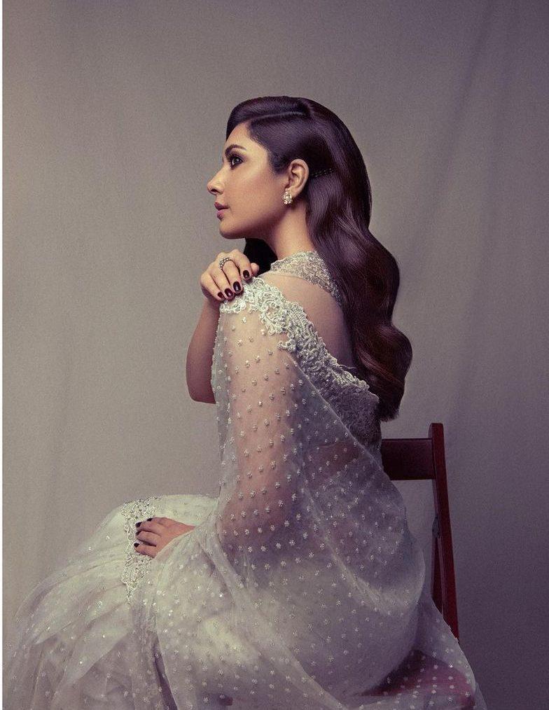 Raashii Khanna ina white saree by kresha Bajaj at Sakshi awards-4
