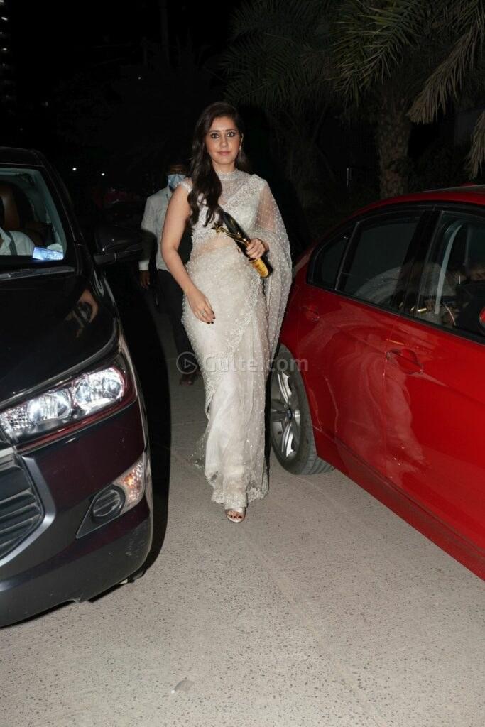 Raashii Khanna ina white saree by kresha Bajaj at Sakshi awards