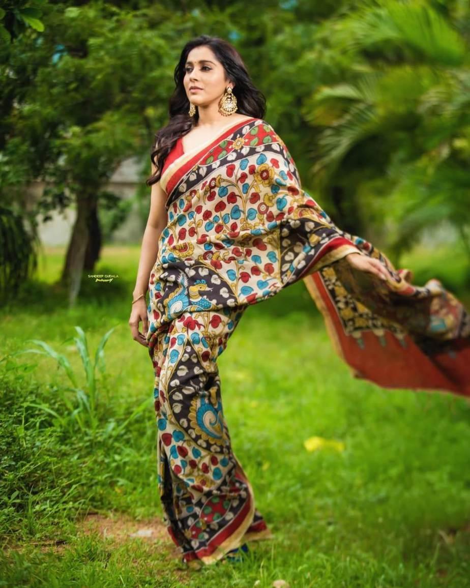 Rashmi Gautam in a red traditional saree -1