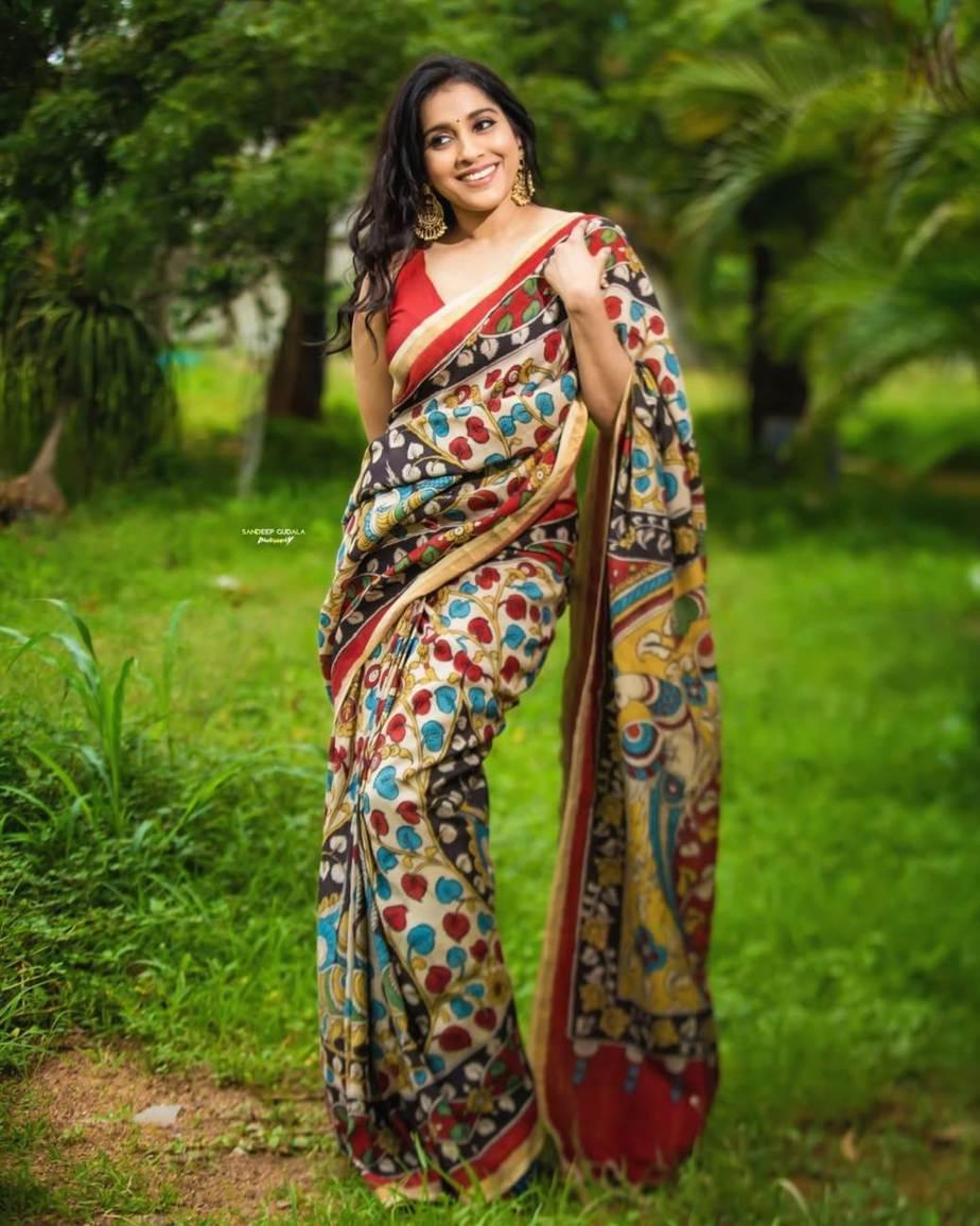 Rashmi Gautam in a red traditional saree -2