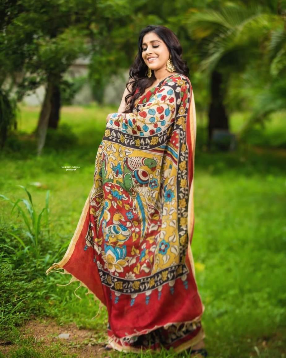 Rashmi Gautam in a red traditional saree -3