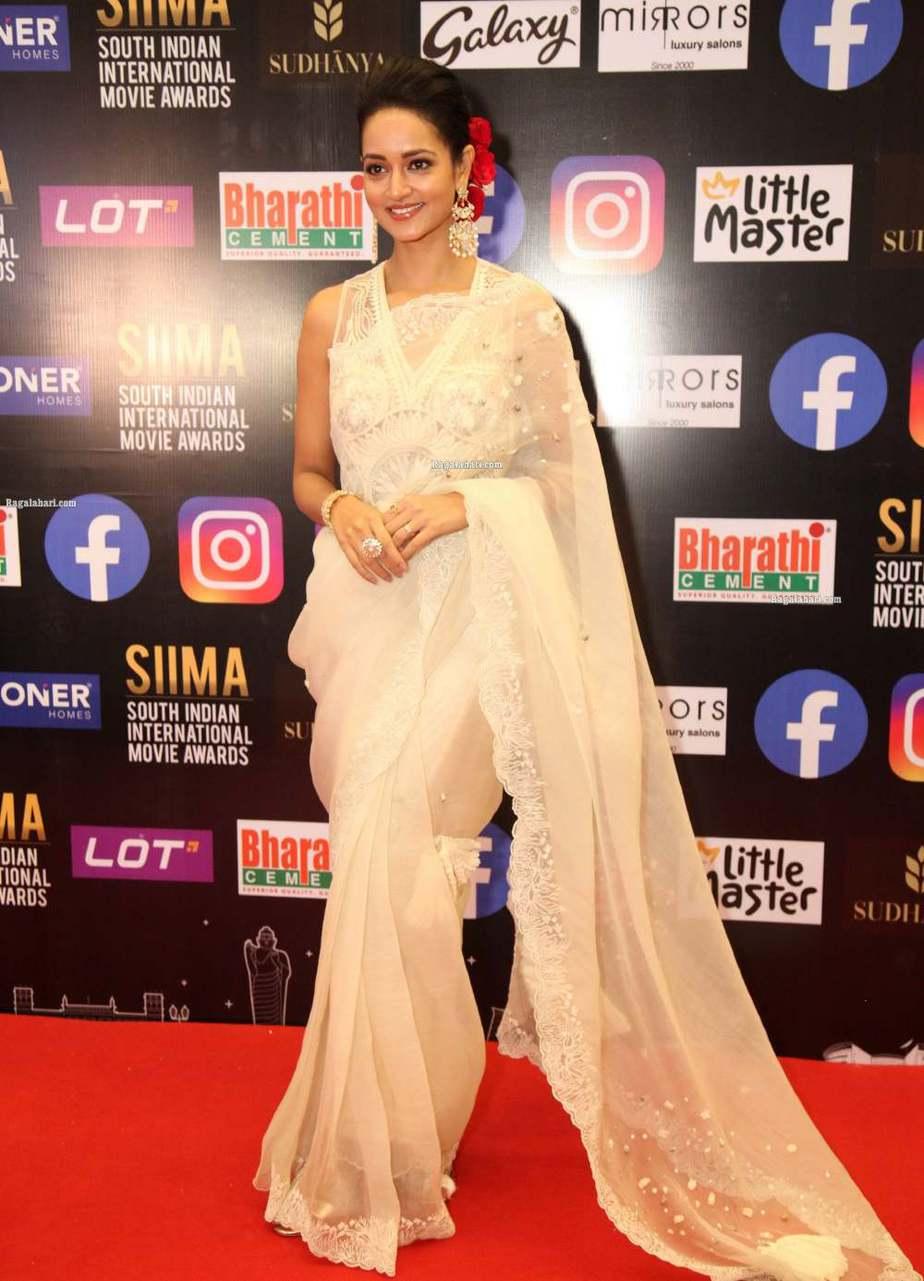 Shanvi Srivastav in a white saree for SIIMA-2021-5
