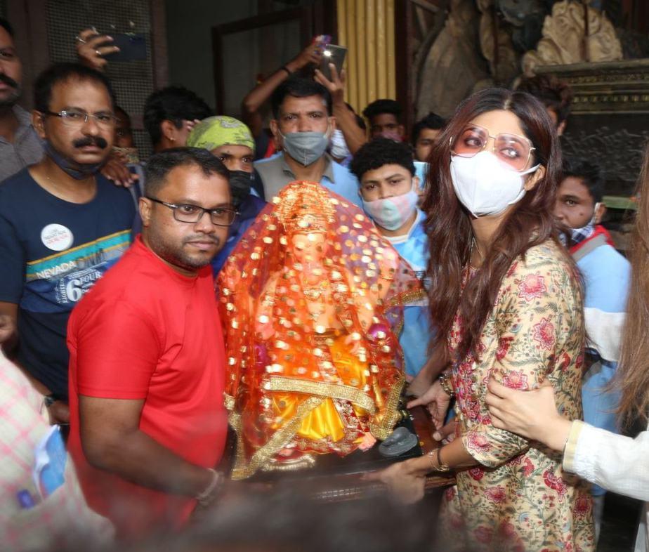 Shilpa Shetty in a printed kurta set at lalbaug-3