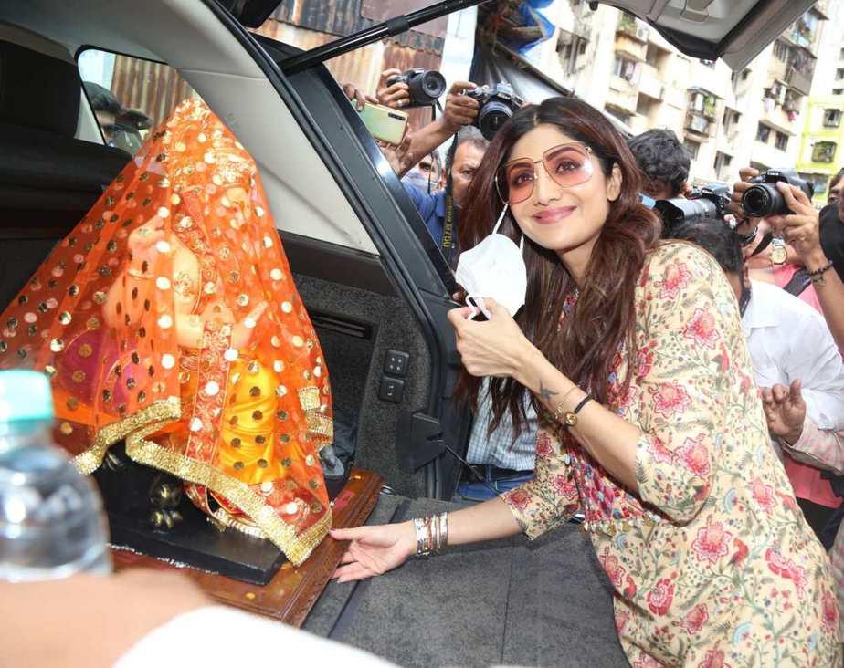 Shilpa Shetty in a printed kurta set at lalbaug-4
