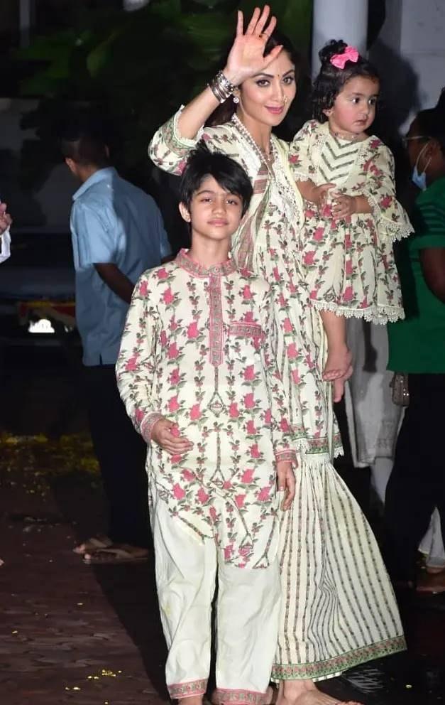 Shilpa Shetty with kids in matching ethnics for Ganpati visarjan-2