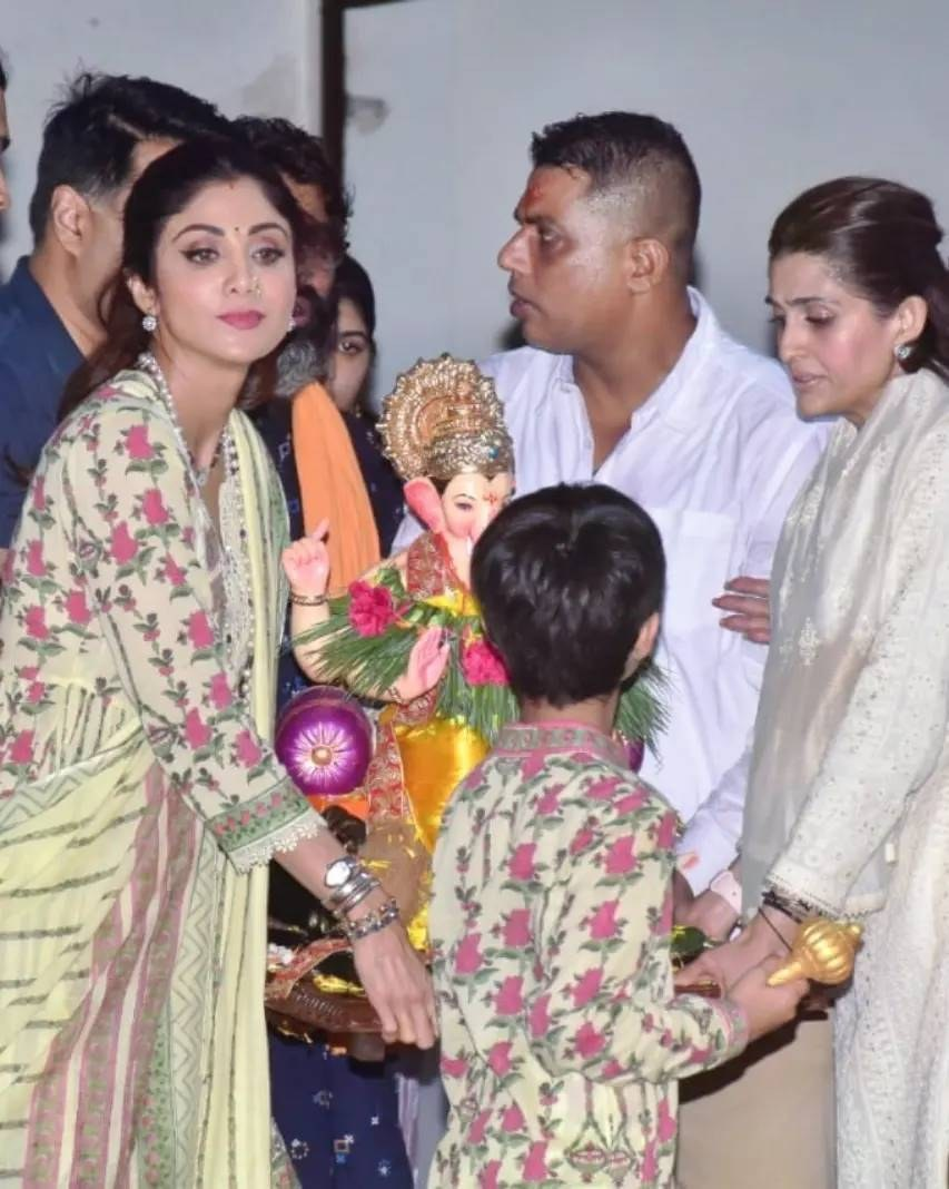 Shilpa Shetty with kids in matching ethnics for Ganpati visarjan-4