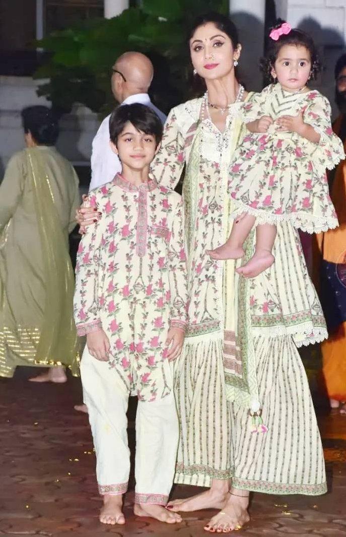 Shilpa Shetty with kids in matching ethnics for Ganpati visarjan-6