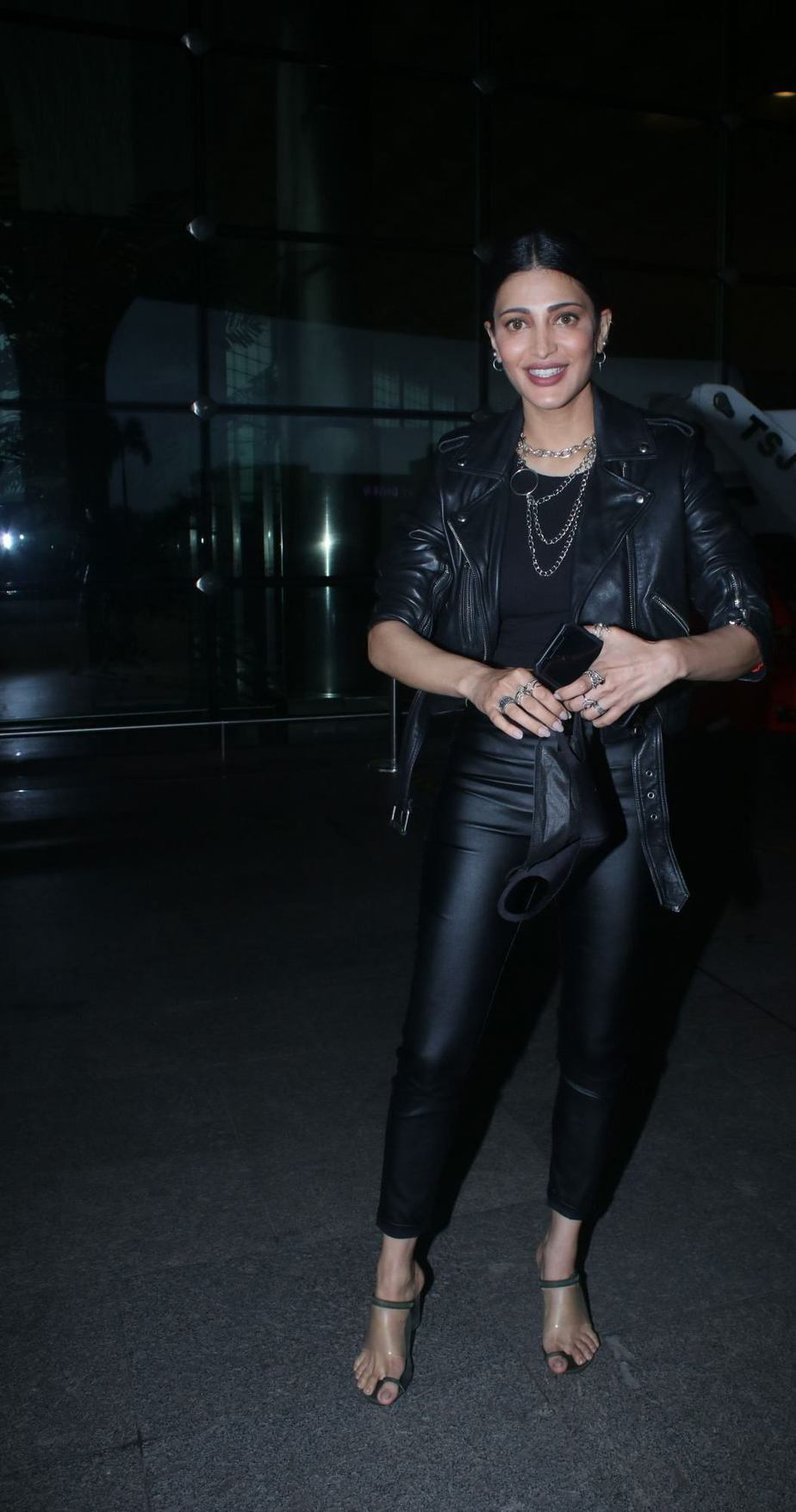 Shruti Hassan in black leather outfit at the airport-1