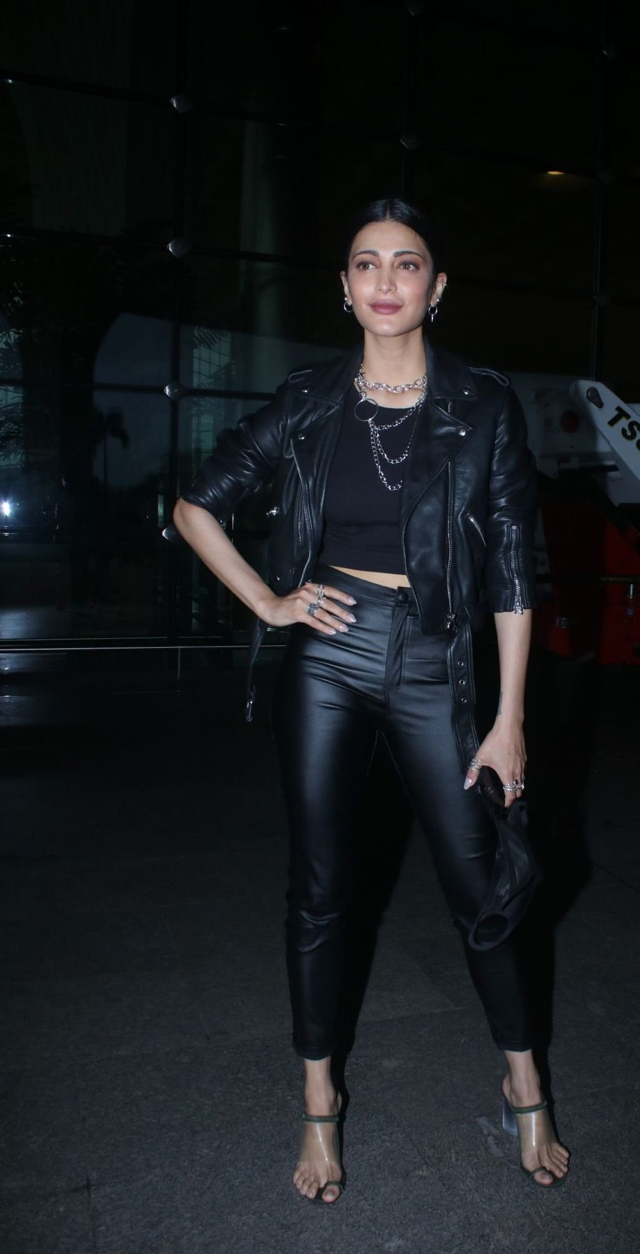 Shruti Hassan in black leather outfit at the airport-2