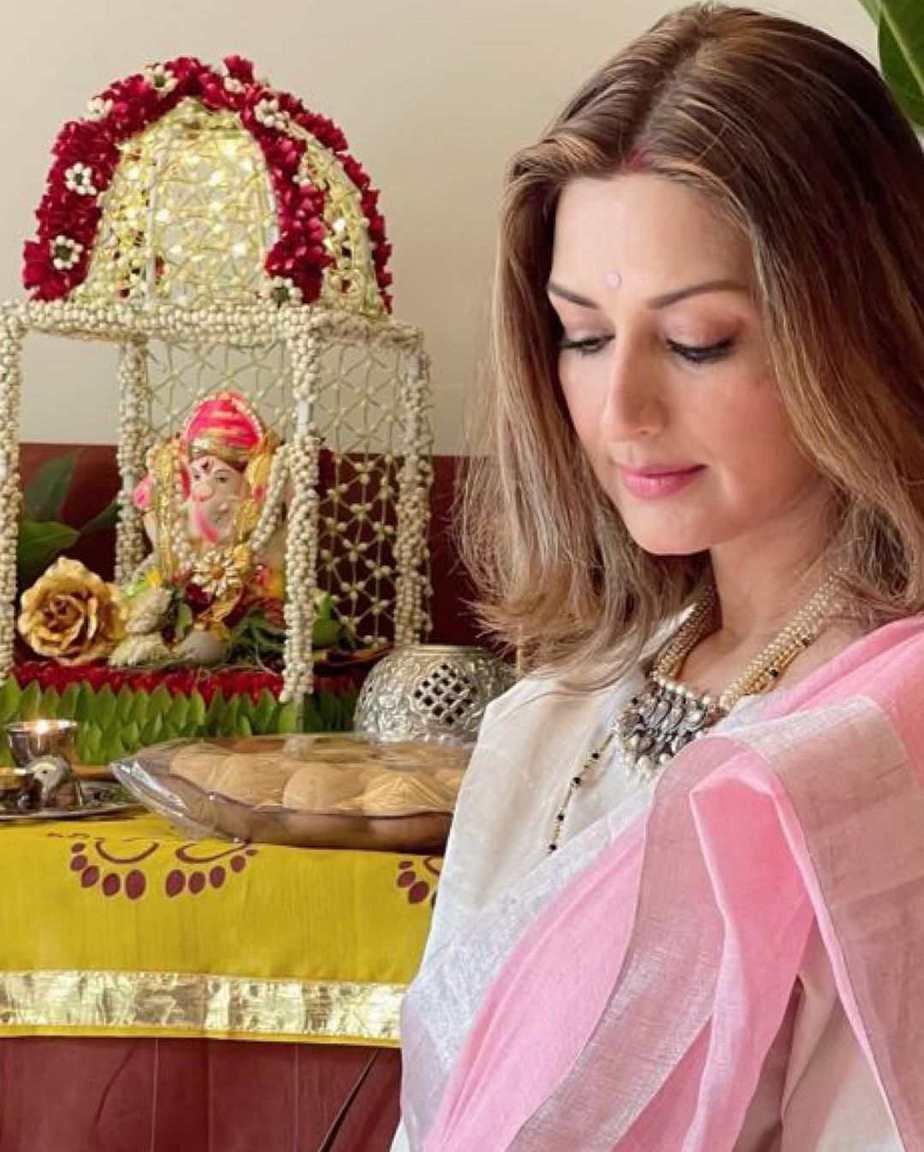 Sonali Bendre in pink Anavila saree for Ganesh chaturthi-1