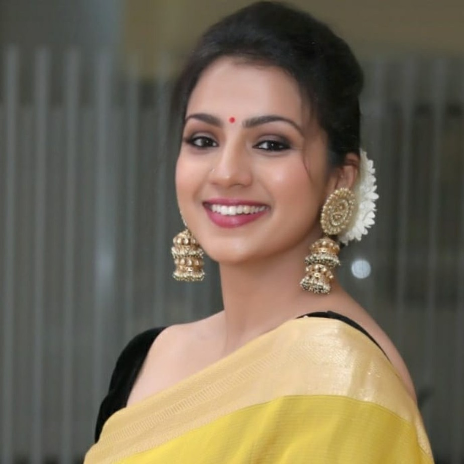 Sruthi Hariharan in a yellow saree by sawenchi for siima day2-4