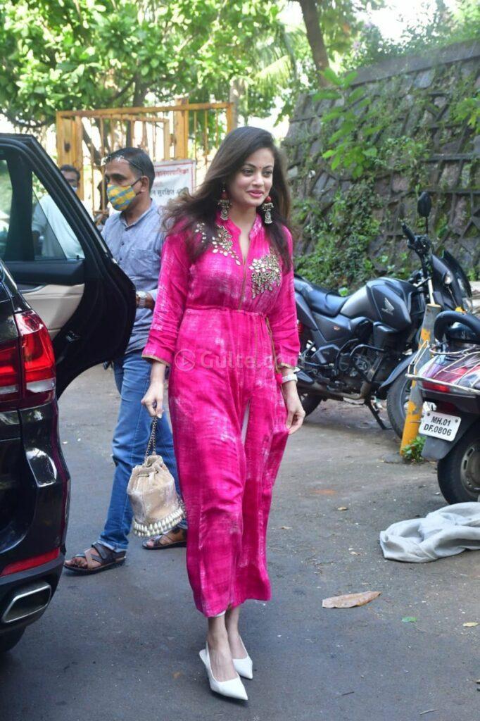 sneha ullal in a pink tie dyed kurta set for ganpati puja-1