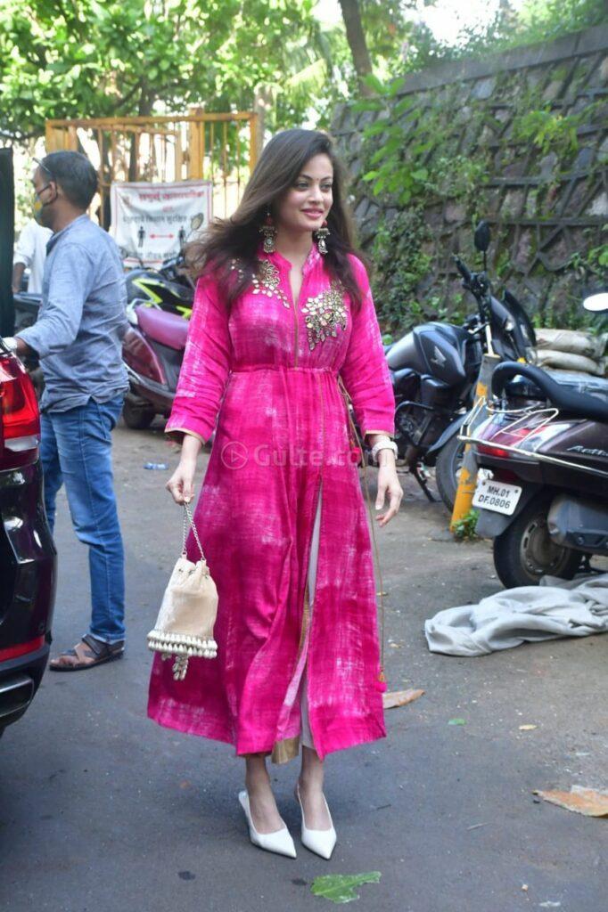 sneha ullal in a pink tie dyed kurta set for ganpati puja-2