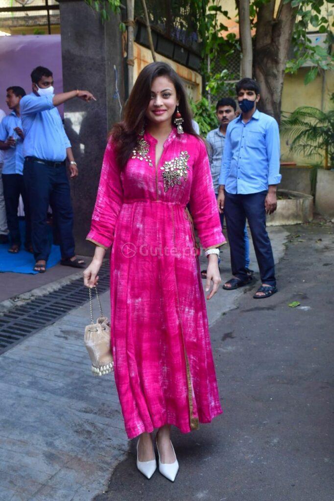 sneha ullal in a pink tie dyed kurta set for ganpati puja-3