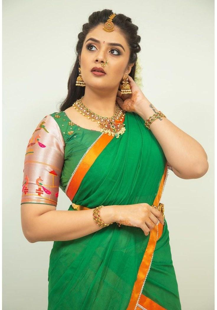 sreemukhi in a green half saree for Comedy stars-2