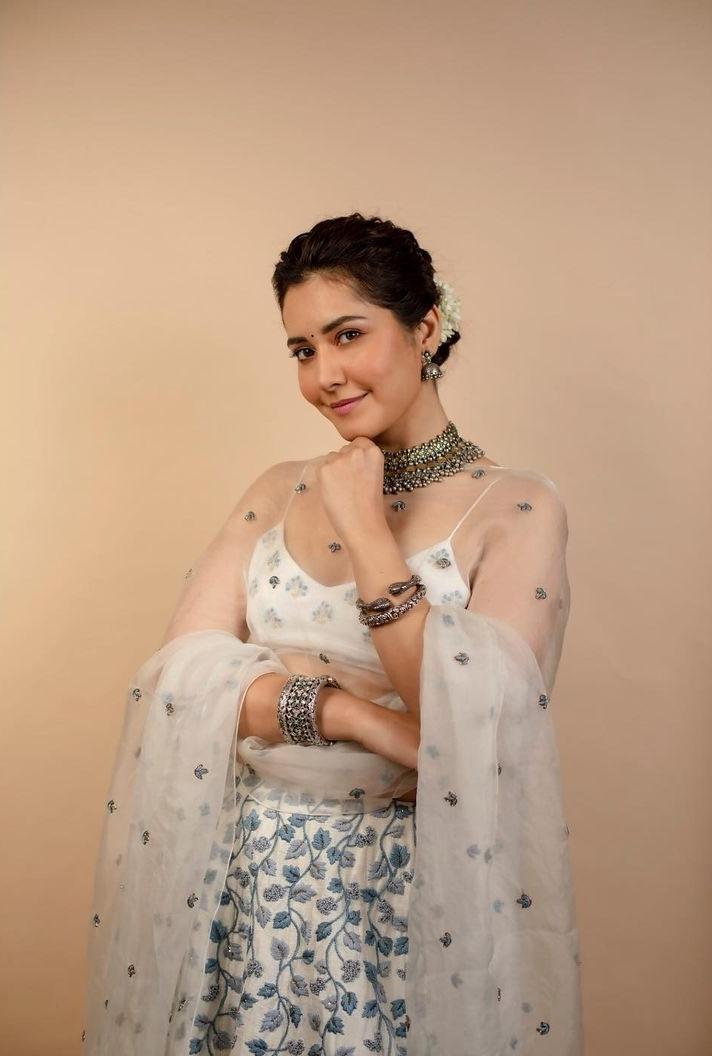 Raashii Khanna in white house of hiya leehnga set for Aranamanai 3press meet-2