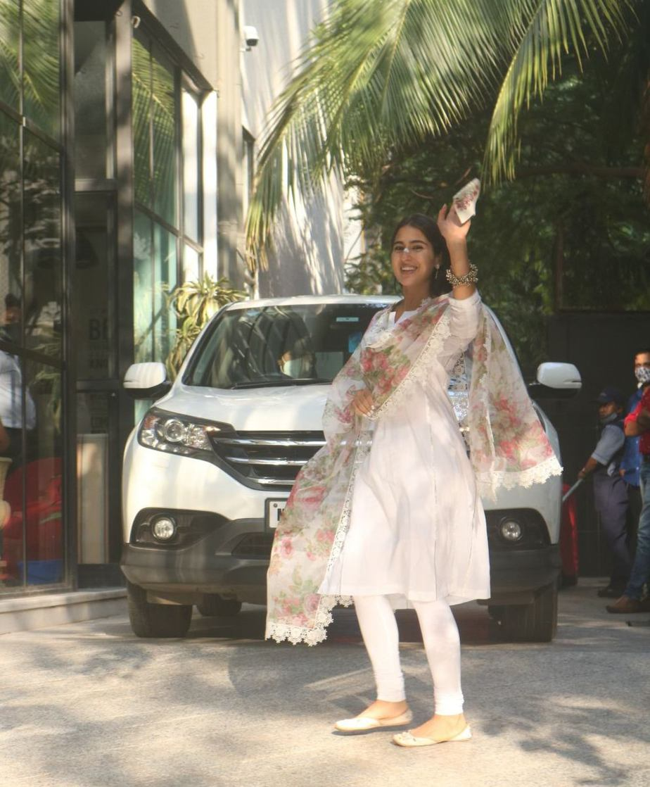 Sara ali khan in white kurta set with floral dupatta at maddock office-2