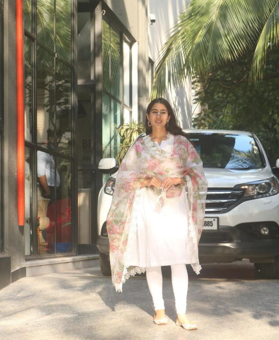 Sara ali khan in white kurta set with floral dupatta at maddock office-4