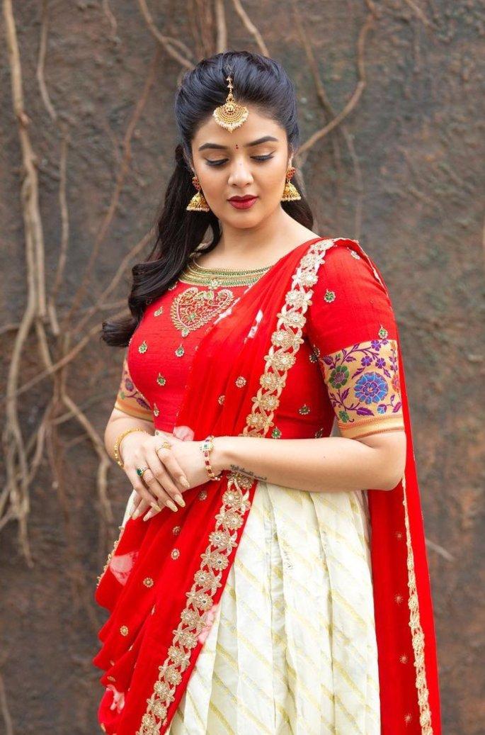 Sreemukhi in a red half saree by Kadambhari studio for comedy stars-2