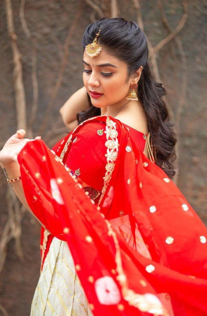 Sreemukhi in a red half saree by Kadambhari studio for comedy stars-3