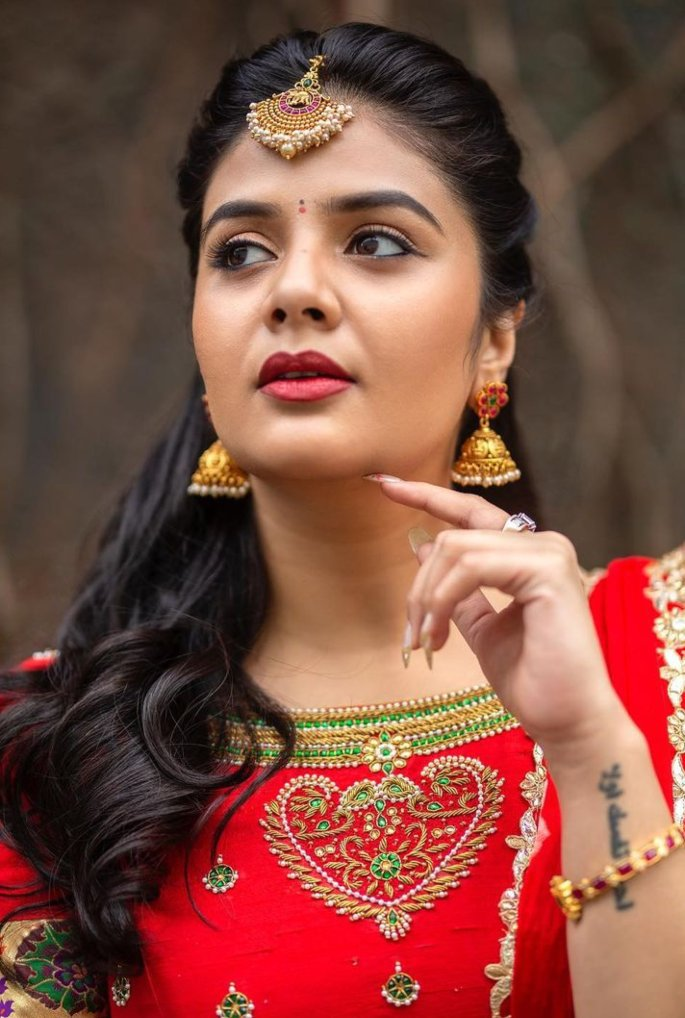 Sreemukhi in a red half saree by Kadambhari studio for comedy stars-4